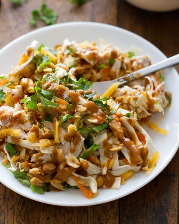 Sekaný thajský kuřecí salát //kuřecí prsa, zelí, mrkev, papája, koriandr, cibulka, oříšky; dressing: česnek, chilli papričky, sójová omáčka, ocet, cukr, limetková šťáva, olej, rybí omáčka, arašídové máslo, voda//