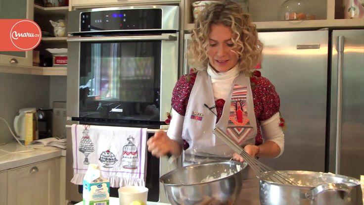 Torta de ricota - Maru Botana  INGREDIENTES Masa  150 g de harina 1 cdita. de polvo para hornear 70 g de azúcar 70 g de manteca 2 yemas Ralladura de limón Relleno  6 huevos 250 g de azúcar Ralladura de limón 1 kg de ricota (o queso crema) Fécula de maíz 1 cdita. de polvo para hornear