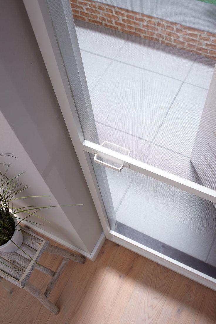 Bruynzeel heeft ook horren voor buitendeuren. Wist je dat we ook horren hebben met zonnewering? Zo blijft het lekker koel in huis terwijl je van frisse lucht geniet en je de insecten buiten houdt :)