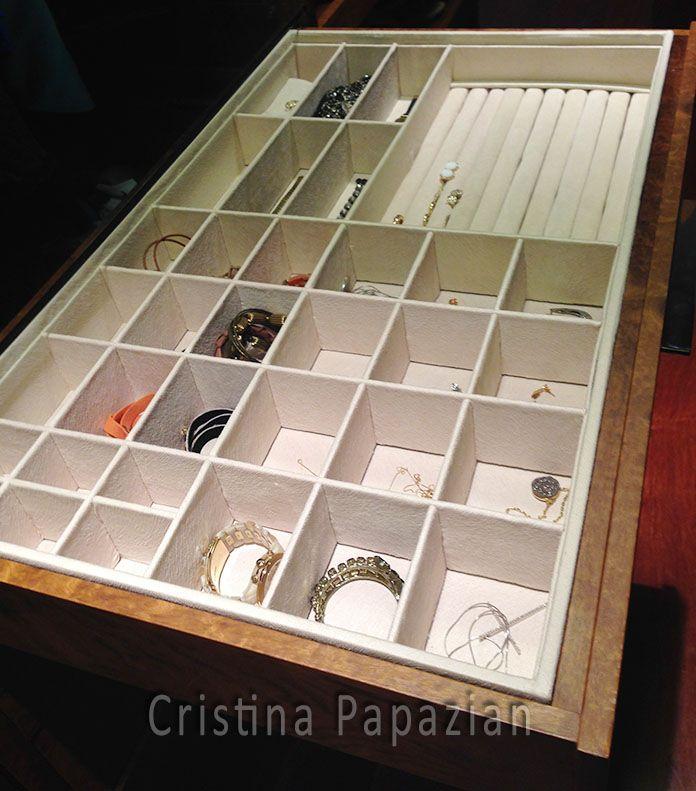 Organizando as jóias e bijouterias. Gaveta com divisórias.
