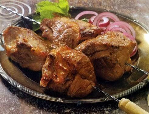 Особенностью шашлыка по-карски является, то что мясо для этого шашлыка режется на большие куски и берётся обязательно почечная часть бараньей корейки. Что касается маринада для шашлыка по-карски, …