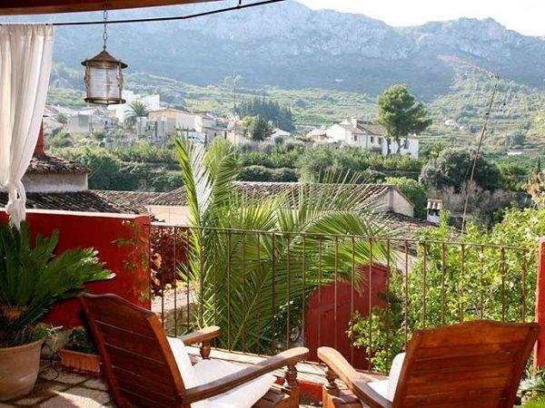 Aan de rand van het bergdorpje Benisivá, in het wandelgebied Vall de Gallinera, bevindt zich vlakbij het kerkplein deze authentieke bed and breakfast. De eigenaren hebben met behulp van antieke meubels en accessoires het huis omgetoverd tot een sfeervol vakantieverblijf met zeven gezellige kamers. Naast een groot zwembad en een terras met schitterend uitzicht op de omliggende vallei, heeft het verblijf  een verborgen tuin met olijf-, vijgen-, en johannesbroodbomen en heerlijk geurende…
