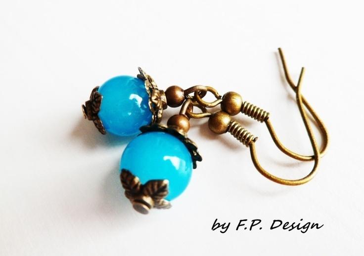 Hier biete ich ein wunderschönes Paar Opalblaue,leuchtende Vintage Ohrhänger. Ein Traum in Blau & Bronze.     Länge ca. 2,5cm  Perle aus Glas: 8mm
