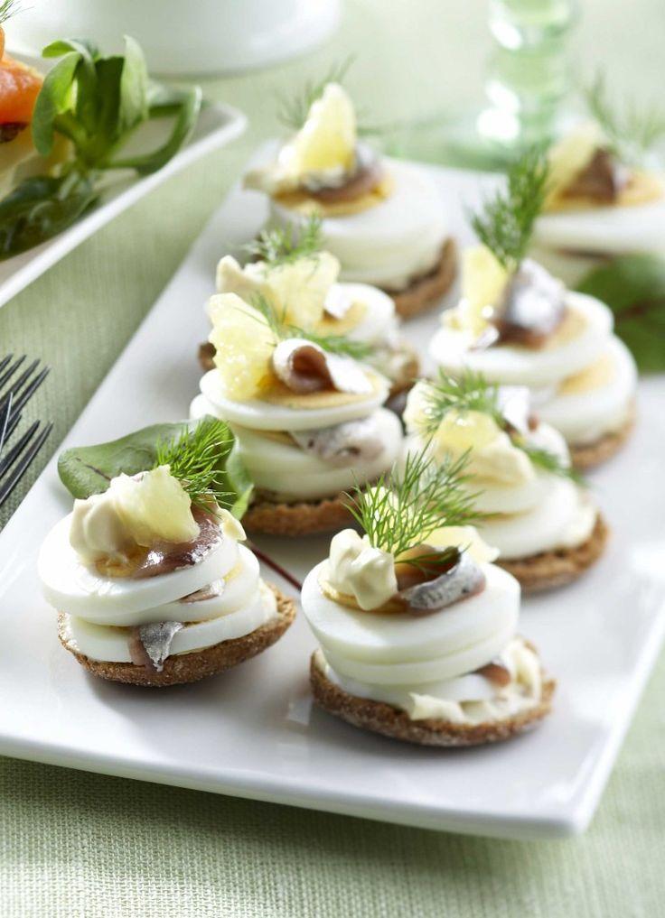 Muna-anjovistapakset sopivat vaikkapa pääsiäisaterian alkuun tai vappubrunssin huikopaloiksi. Sitruuna ja tilli kruunaavat muna-anjovistapakset.