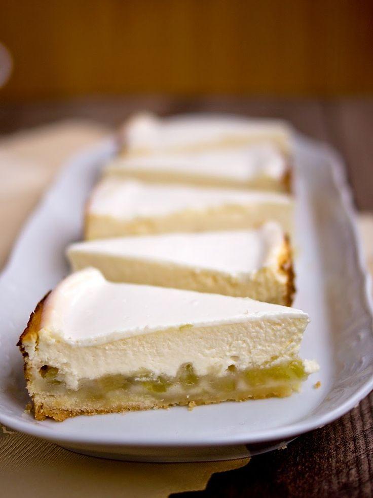 Rebarborový tvarohový cheesecake (# 2  Cheesecake: 3 marhule, kavovy cuker, (2 PL mouky ?), vanila.  Testo: 60 g masla, 60 g tvarohovy kremovy syr, 50 g  cuker , 120 g muky. Postup / Krem:  500 g tvarohovy syr  vymysany  s 50 g cukrem, 2 vajicka, vanila.  Testo:  maslo, kremovy syr s cukrem    rospracujeme, pridame  hladky mouky .   Dame marhule na testo, Peceme , 15 min., 170 c.  Tvarohovy krem nalejeme na korpus, Peceme dalsich 40 min.