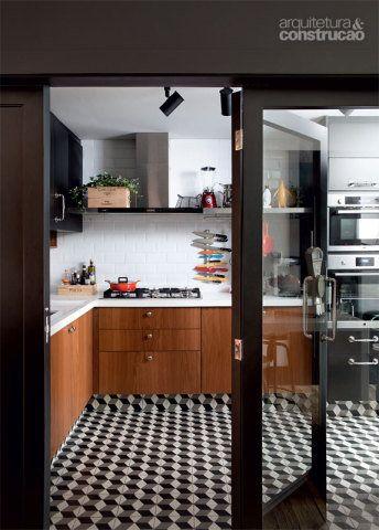 A cozinha, executada pela RM3, ganhou piso da Ornatos (ref. C-C29), com rodapé do mesmo ladrilho hidráulico. Nas paredes, cerâmica Mind the Gap (10 x 20 cm), da Decortiles. Projeto de Mônica Wipfi.