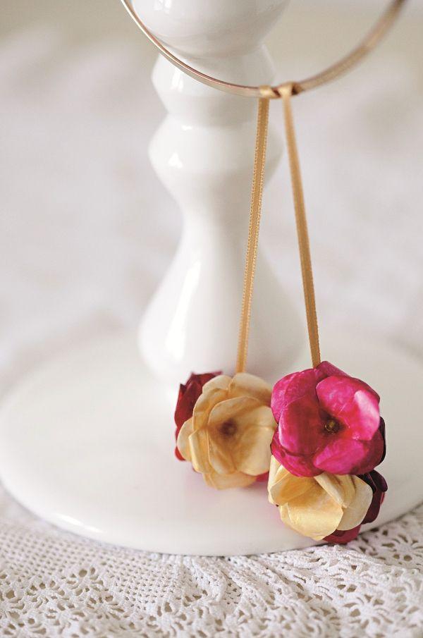 DIY tipp! Így csinálj virágszirmos láncot! / Éva Magazin  // Necklace with paper flower medal – easy tutorial from Éva Magazine's special DIY edition Éva Kreatív – Papír