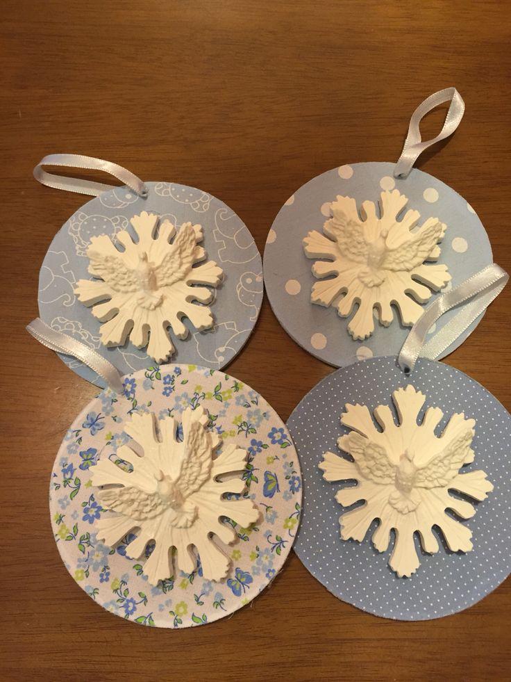 Para o batizado, lembrancinhas azuis. Mandala forrada de tecido.