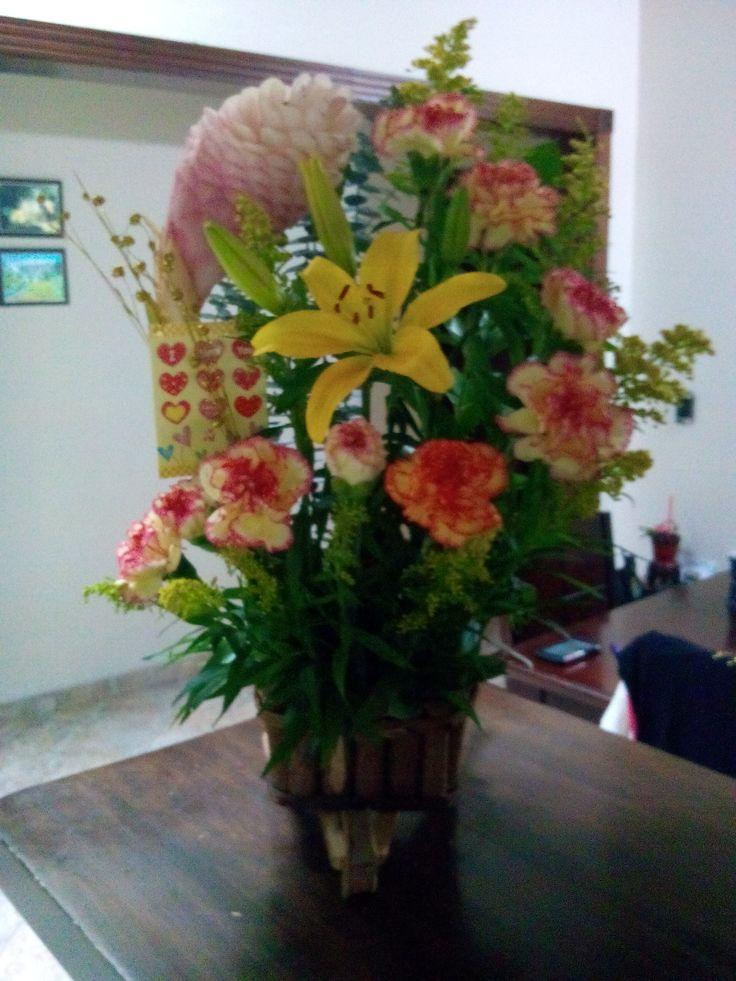 Arreglos florales, lirios amarillos, claveles rosados y naranjas, ginger rosado, solidago.