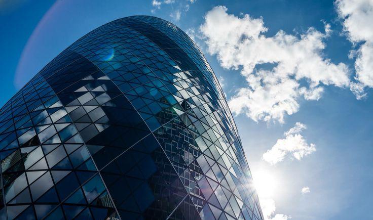 Avventura Londinese, UK atto II. La City, l'area più moderna di Londra. Una piccola porzione di terra che rappresenta il fulcro #finanziario non solo londinese ma mondiale. Di giorno è affollata piena di movimento, tutti di corsa per lavorare, di notte uno #spettacolo di luci e tranquillità. Se mai qualcuno di voi finisse a lavorare in uno di questi #skyscraper avrà il mondo nelle proprie mani.