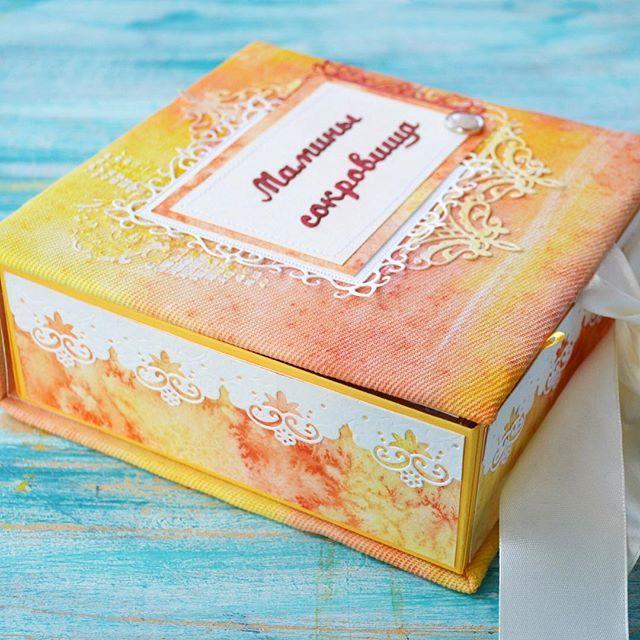 Вчера показывала эту коробочку внутри, сегодня покажу обложку. Бортики акварельная бумага. Недавно я выставляла видео как рисую такой фон. И  на обложке хотелось похожую гамму и я решила покрасить ткань сама.😋 Взяла белую ткань и краски для батика. И вуаля все с одинаковым дизайном.😋 #prokhorovaart #акварель #маминысокровища #скрап #скрапбукинг
