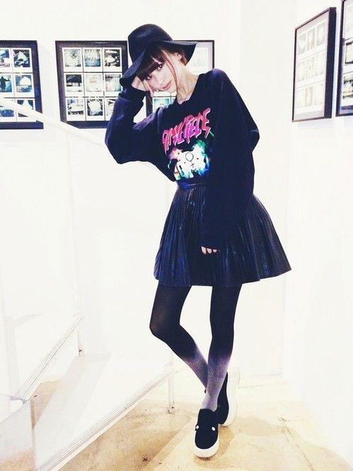 モデル/鈴木えみさん つばがふんわりとした女優帽をオン。全身ブラックコーデに、まとめ髪でさらに小顔に♡