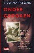 """Ondergedoken. Liza Marklund. In romanvorm geschreven waargebeurd verhaal over een Zweedse vrouw die met haar man en kinderen jarenlang ondergedoken zat omdat ze door haar Libanese ex-verloofde, de vader van haar oudste kind, bedreigd en gestalkt werd. Wordt vervolgd door """"Asiel""""."""