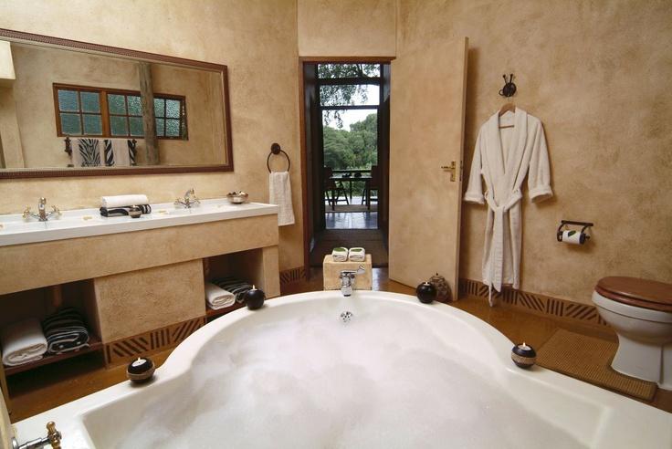 Hot tub / bath, spacious bathroom