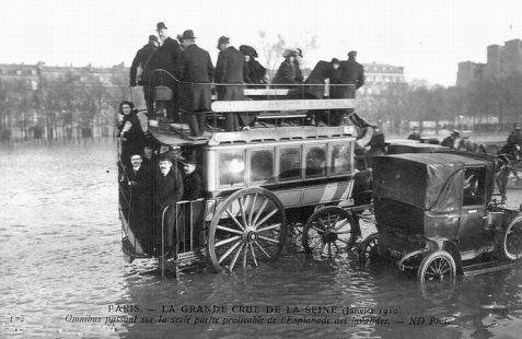 Les Omnibus à chevaux pris par la crue de Janvier 1910 aux Invalides.