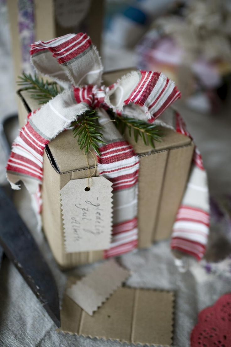 .Hmmmm....torn strips of fabric used to create bows for gifts. I will have to see if I can find some suitable colours at the thrift store, in fabrics that will tear like this....