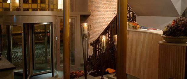 """Het statige gebouw dat nu Hotel Harmony herbergt is gelegen in hetcentrum van Gent in de wijk """"Patershol"""" de oudste wijk van Gent. Het hote..."""
