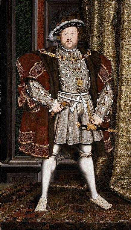Enrique VIII fue un paladín de la moda en la Europa del siglo XVI. Lleva jubón acolchado, que acentúa los hombros, y braguera, para proyectar una imagen de masculinidad y autoridad,.