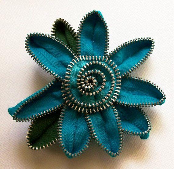 Turquesa / verde azulado broche Floral / cremallera Pin por ZipPinning 1897