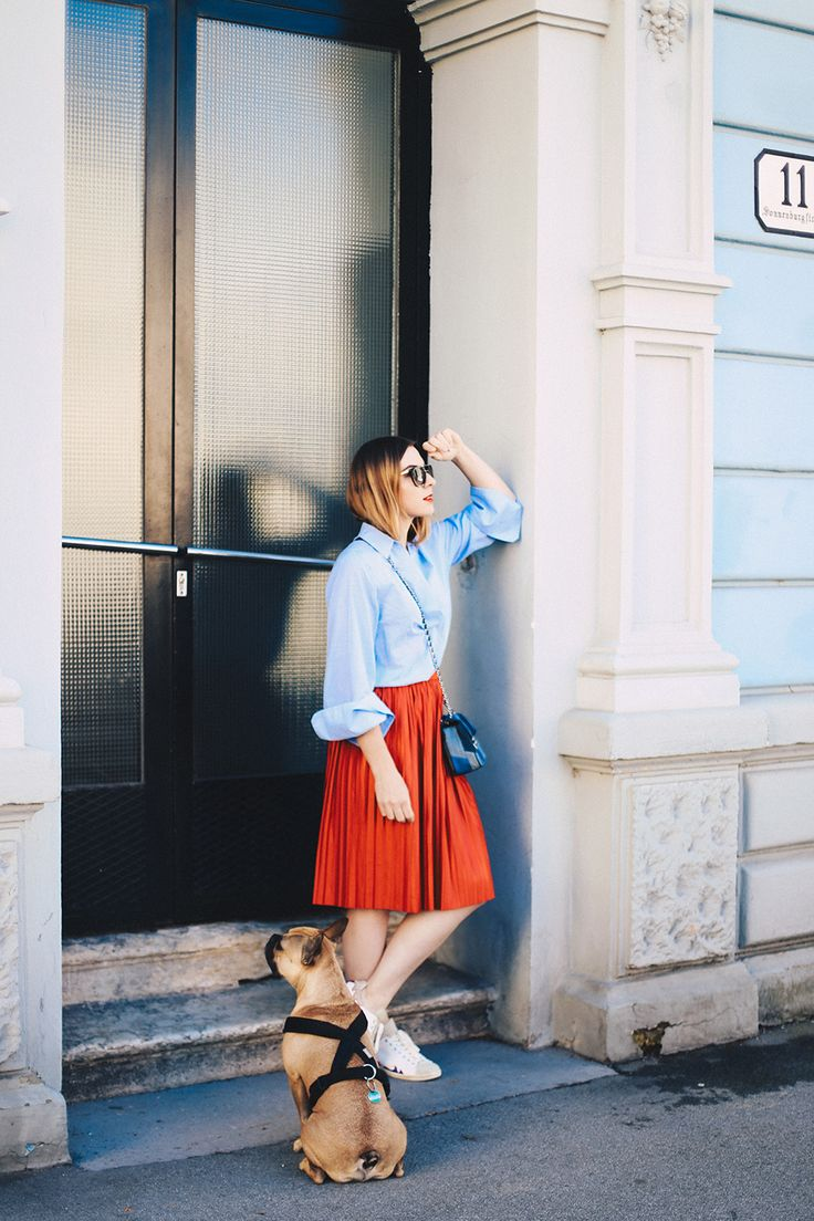 Roter Plissee-Rock, Oversize-Bluse, Isabel Marant Gilly Sneakers, Fashion Blog…