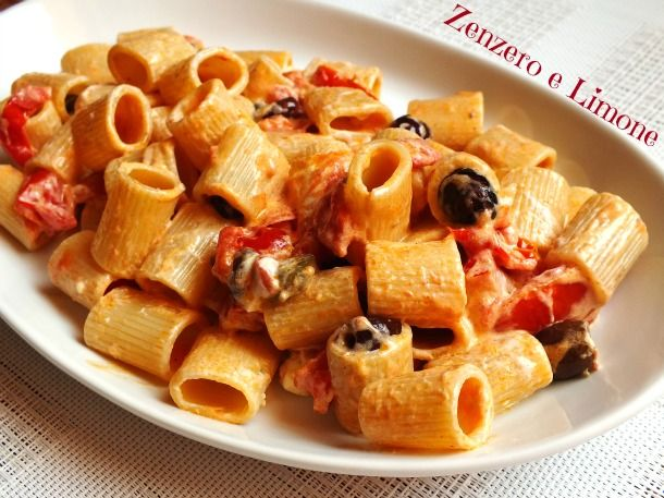 La pasta alla mediterranea è un primo piatto molto saporito e dal sapore estivo, facilissimo da preparare, veloce e che piace anche ai bambini