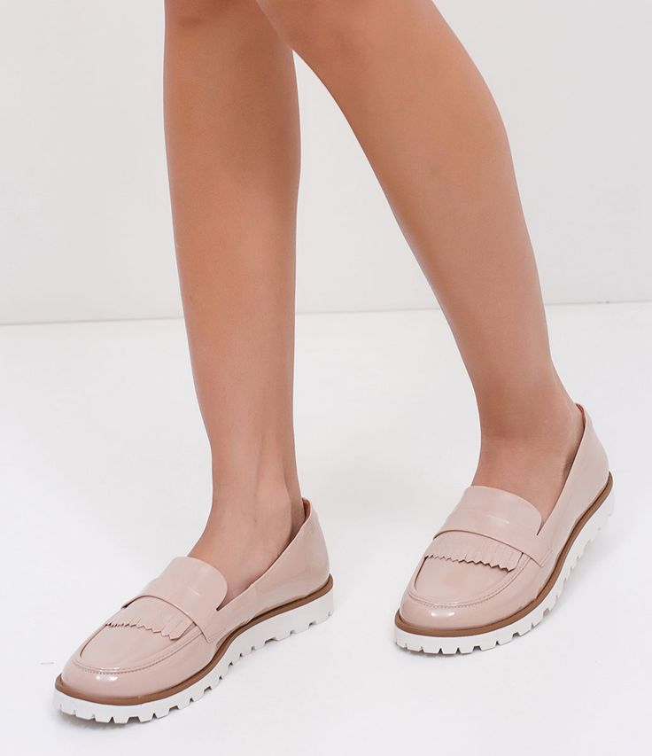 Sapato feminino Material: sintético Com franjas Marca: Satinato Com sola tratorada COLEÇÃO VERÃO 2017 Veja outras opções de sapatos femininos. Sobre a marca Satinato A Satinato possui uma coleção de sapatos, bolsas e acessórios cheios de tendências de moda. 90% dos seus produtos são em couro. A principal característica dos Sapatos Santinato são o conforto, moda e qualidade! Com diferentes opções e estilos de sapatos, bolsas e acessórios. A S...