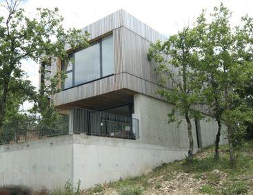 Une Architecture Qui Su0027intègre Parfaitement à Ce Terrain Pentu Et Boisé ·  DavidArchitectsHomes
