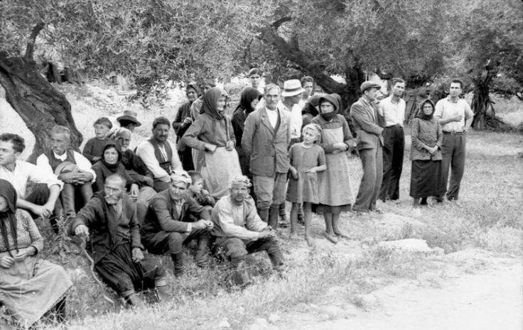 """ΤΟ ΜΠΛΟΚΟ ΕΙΧΕ ΔΩΣΕΙ ΤΑ ΠΡΩΤΑ ΑΠΟΤΕΛΕΣΜΑΤΑ. Άντρες, γυναίκες και παιδιά, χωρίς καμιά διάκριση, συγκεντρώνονται στο χώρο που έχει επιλεγεί από το απόσπασμα για την εκτέλεση. Το ξεκαθάρισμα θα γίνει μετά, αφού πρώτα συγκεντρωθούν όλοι οι κάτοικοι του χωριού. Η εντολή του ίδιου του Γκαίρινγκ προς τη γερμανική διοίκηση της Κρήτης ήταν ρητή: """"Να εκτελεστούν, χωρίς καμία απολύτως διάκριση, όλοι οι άντρες του χωριού, από 18 μέχρι 50 χρονών...""""."""
