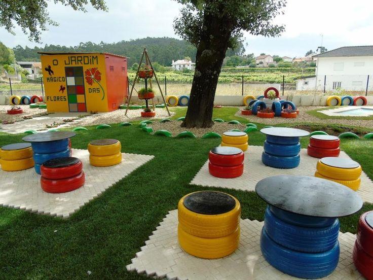 Jardim para as crianças com mesa e bancos feitos de pneus