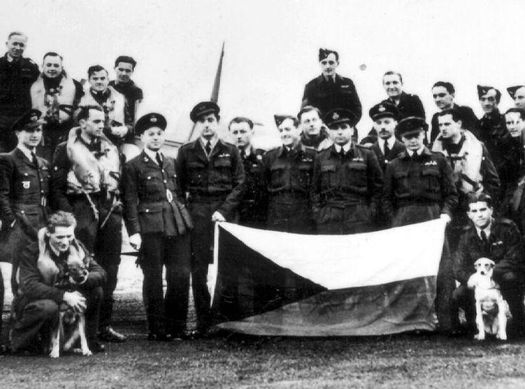 Piloti 313. stíhací peruti RAF na základně Hornchurch na jaře 1942. František Fajtl (uprostřed nad vlajkou) tehdy velel jedné z jejích letek.