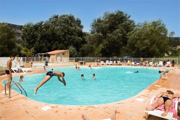 Partez visiter les Gorges du Verdon en séjournant dans notre camping Les Prés du Verdon ! Plus d'infos : https://www.tohapi.fr/provence-cote-azur/camping-montagne-pres-verdon.php  #tohapi #vacances #camping #paca #provencealpescotedazur #piscine #quinson #présduverdon