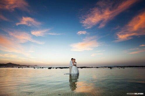 Trash the dress at the sunrise in El Tule Beach  #cabophotographer #caboweddingphotographer #josafatdelatoba #cabosanlucas #beauty #beach #trashthedress #weddingsinloscabos