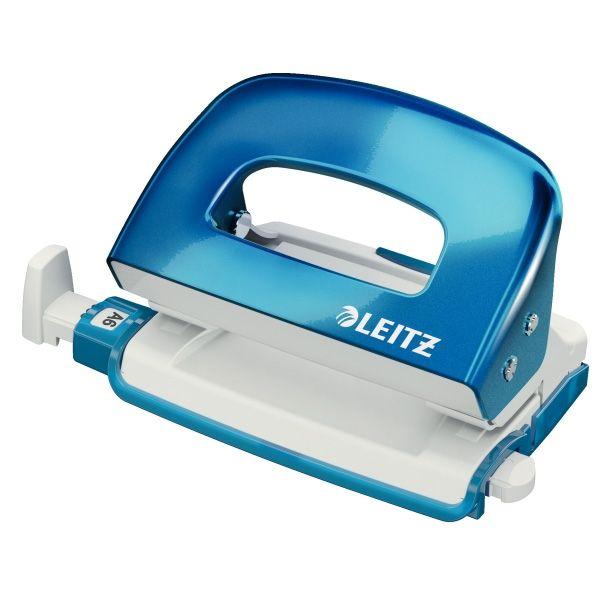 Leitz 5060 WOW mini perforator 2-gaats blauw metallic     De kleurrijke Leitz WOW mini perforator in metallic blauw voegt een vrolijke noot toe aan elk bureau. De compacte perforator is geschikt voor het perforeren van maximaal 10 vel papier. Dankzij de brede handgreep en scherpe ponsen is daar weinig kracht voor nodig. De uitschuifbare papieraanleg met aanduiding voor standaard papierformaten helpt u bij het positioneren van het papier.