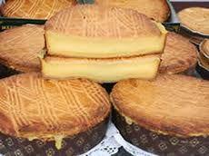 """El origen del Euskal Pastela o Pastel Vasco, se encuentra en Kanbo (Lapurdi), en el siglo XVII. Antes, este pastel se fabricaba con harina de maíz , grasa animal (de cerdo generalmente) y miel. Se hacía en las casas y se llamaba """"etxeko biskotxat"""" o simplemente """"bizkotxat"""". En esta zona de Iparralde la introducción del …"""