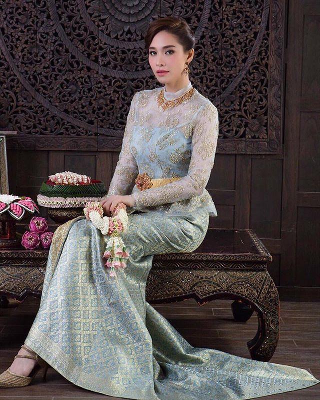 สง่างาม ความเป็นไทย เรียบโก้ สุดคลาสสิก ด้วยผ้าลูกไม้ฝรั่งเศสสีฟ้าอ่อน บรรจงปักปล้องอ้อยสีทองคำ แต่งแต้มสุดสง่า โดดเด่นด้วยกระโปรงเข้ารูป ทรงเมอร์เมด ปล่อยหางลากยาวจรดปลายพื้น โดย Finale wedding studio #สำรองคิว 096 9198926 และ 0617828993 @finaleweddingstudio