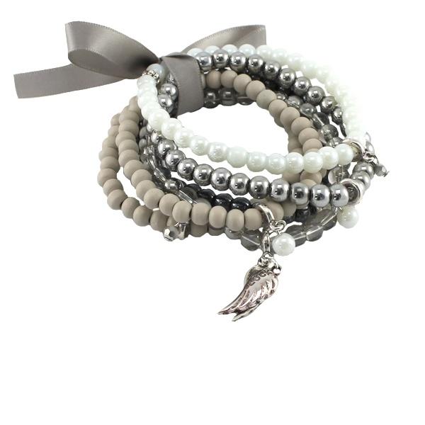 allemaal lossen armbanden van verschillende bij elkaar passende kleuren + een leuke bedel eraan.