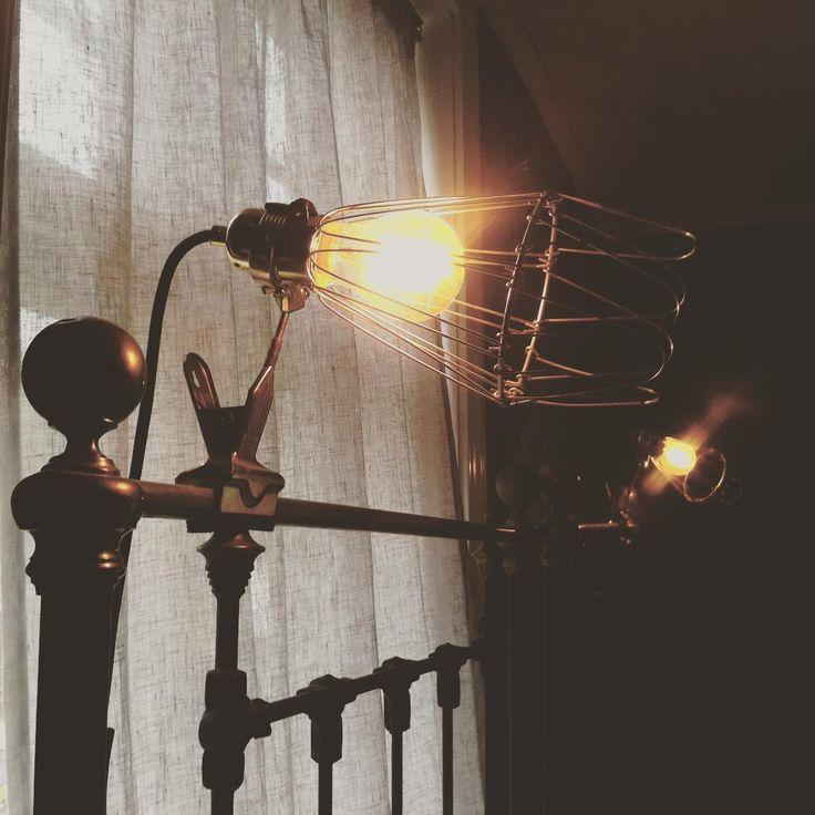 """""""De gamla järnsängarna har fått ny het belysning. #sekelskifte #sängar #bedroom #hay #järnsäng #interior #belysning #lamp #oldhouse #"""""""