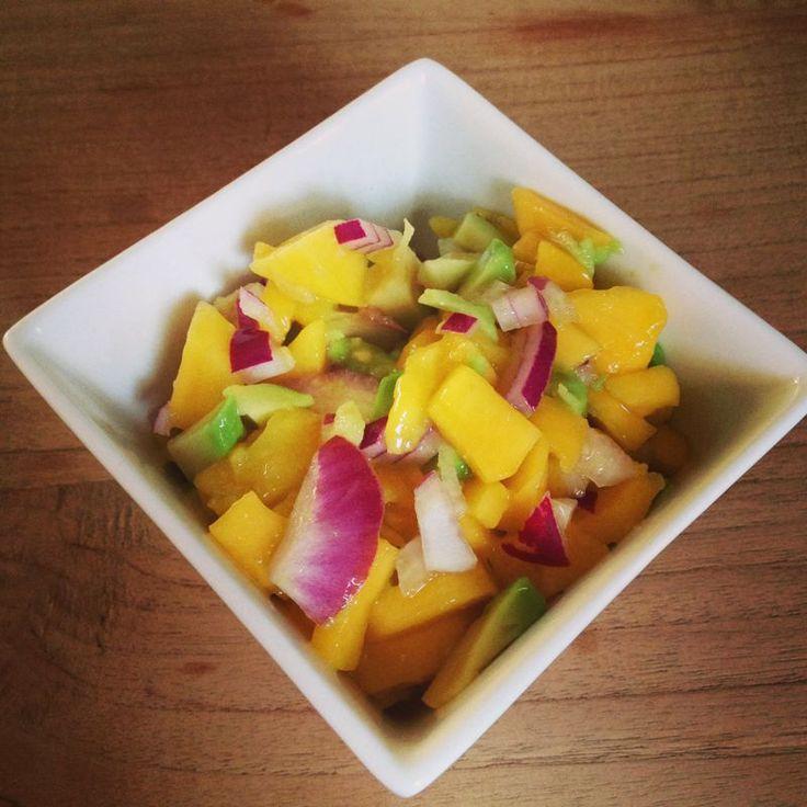 Zomerse mango-avocado-rode ui salsa