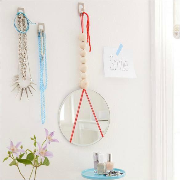 Avere un piccolo specchietto appeso poco prima della porta d'ingresso è funzionale, pratico e anche di #design! | #Home #Ticks #InteriorDesign