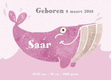 Trendy enkele geboortekaart met een vrolijke roze walvis die in de zee zwemt. Mooie grafische achtergrond met golfpatroon.