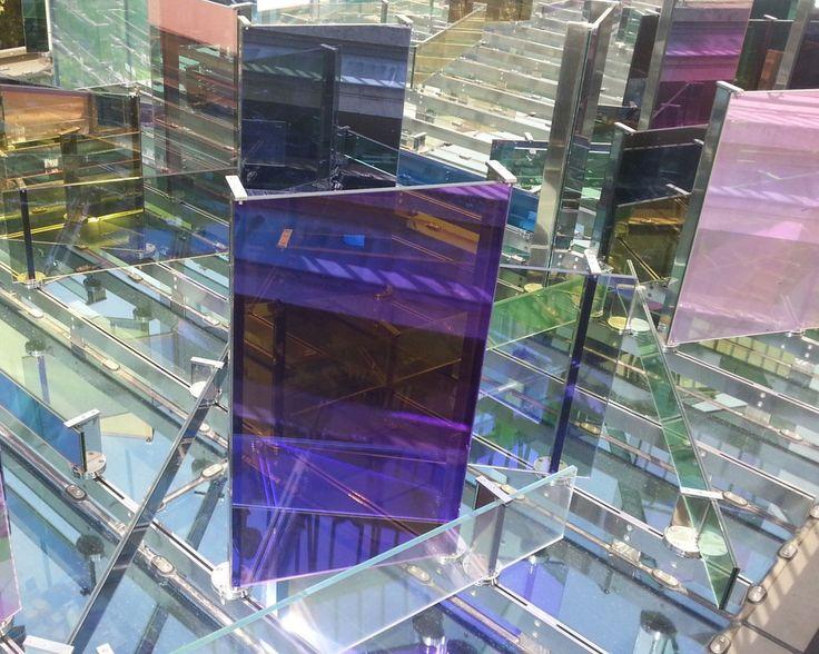 Reflets du soleil sur les dalles vitrées du hall d'accueil de la Fondation Vincent Van Gogh en Arles