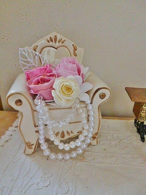 クラシックな陶器の椅子にプリザーブドのお花をアレンジしました。下には3連のパールとアクリルのアクセサリーを飾ってあります。|ハンドメイド、手作り、手仕事品の通販・販売・購入ならCreema。