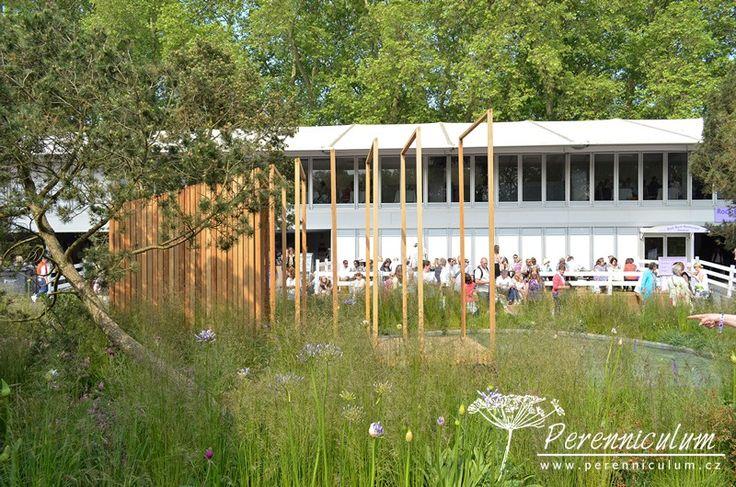 """Cloudy Bay Garden, zahradní architekt Sam Ovens vytvořil nápaditý altánek zasazený do """"lesní krajiny"""" osázené borovicemi."""