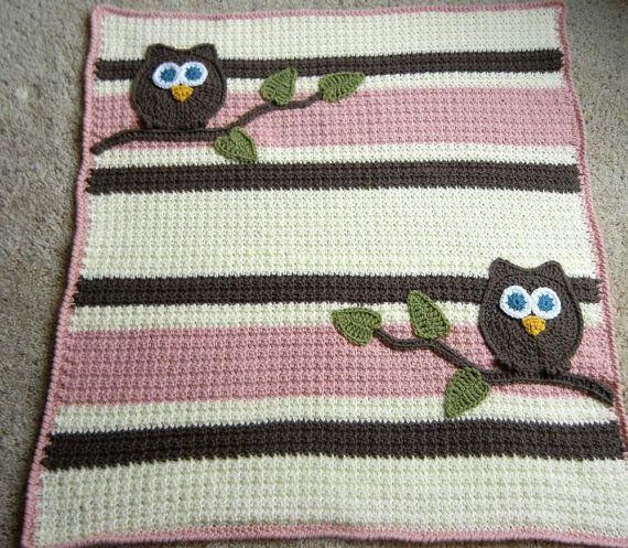 Liebling Eule Babydecke für die neue Babymädchen. Machte eine pflegeleichte Acrylgarn in Creme mit rosa und Taupe Streifen mit gehäkelten Eule und Baum-Akzenten. Der texturierte Stich bietet Interesse zusammen mit Streifen. Decke hat ein Spaß corded Rand. Decke ist meine eigene persönliche Entwurfsmuster und würde ein wunderschöne und einzigartige Baby Dusche Geschenk!  Wenn Sie mögen diese Decke, aber es in ein anderes Farbschema möchte (finden Sie unter meine Decke-Auswahl hier…