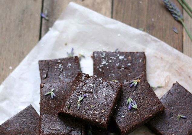 Recept: raw lavendel brownies met dadels, pecannoten en kokos