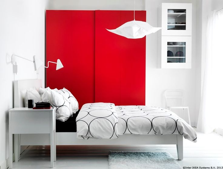 Un strop de culoare și mai multă organizare.  PAX HASVIK dulap de haine cu uși glisante  www.IKEA.ro