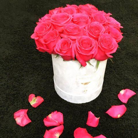 Biały flokowany/zamszowy box z różowymi różami 🌹wyglada pięknie ! #kwiaciarnia #kwiatynaimieniny #love #kwiatywpudełkach #roże #flowers #kwiatynaimienin