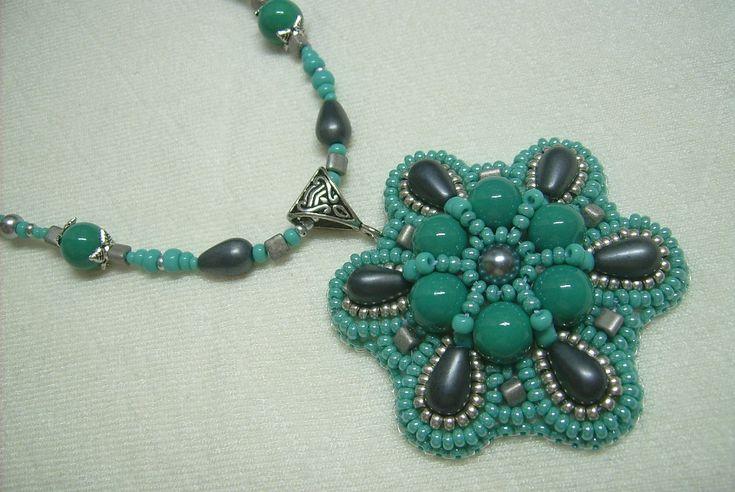 Ny-548. Türkiz zöld és szürke színű, gyöngy-hímzett medálos nyaklánc. 2400.-Ft.