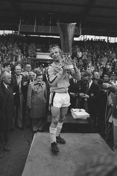 Wir sind wieder da! Vor 40 Jahren gewannen wir den UEFA Cup. Und 2016 die Champions League. Als erstes bekam Berti Vogts den Pott vom Schweizer UEFA-Vize-Präsident Lucien Schmidlin überreicht. Der heutzutage übliche Konfetti-Regen fehlte damals noch ...