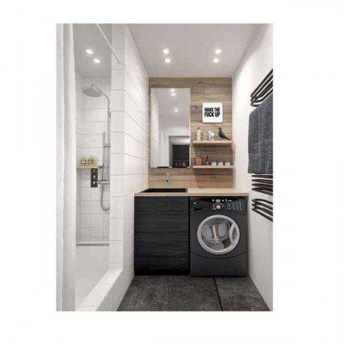 Pratique la douche italienne aux dimensions XXL installée sur la longueur d'une salle de bain